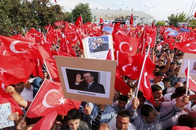 Des partisans de Recep Tayyip Erdogan attendent le Premier ministre à l'aéroport Esenboga à Ankara, le 9 juin 2013.