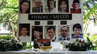 Des photos des membres d'équipage du vol disparu de la Malaysia Airlines, MH37, en mars 2016 à Petaling Jaya, en Malaisie.