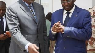 Le président Dioncounda Traoré (d) maintient Cheick Modibo Diarra, à son poste de Premier ministre.