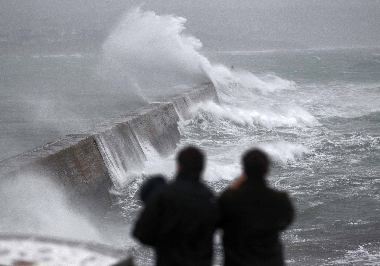 Ondas violentas quebram no porto de Esquibien na Bretanha , em dezembro de 2013