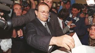Abdelaziz Bouteflika, le 15 avril 1999 lors de sa première élection à la présidence algérienne.