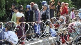 A população Uzbeque, perseguida, tenta atravessar a fronteira do Quirguistão.