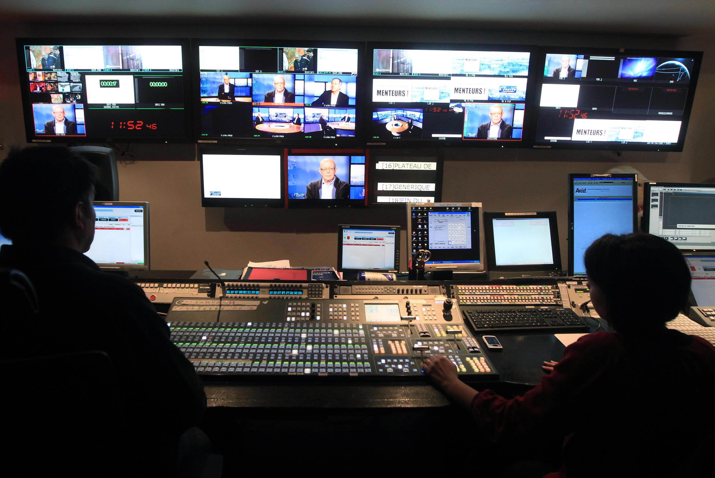 Une régie au siège de la chaîne francophone TV5 Monde, à Paris.