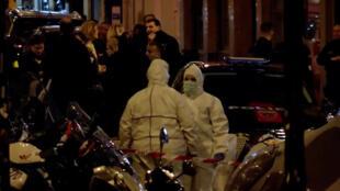 La police scientifique au travail sur les lieux des atatques au couteau à Paris dans le IIe arrondissement, le 12 mai.