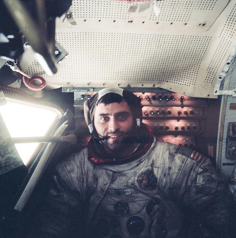 Harrison Schmitt, dentro del LEM, el módulo lunar, después de su excursión en la superficie de la luna.