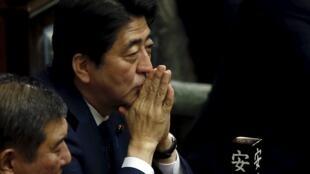 Primeiro-ministro Shinzo Abe: política restritiva.