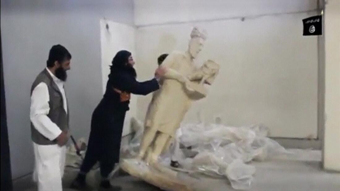 Des membres du groupe État islamique détruisent des statues du musée irakien de Mossoul, en février dernier.