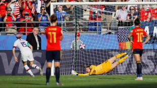 La capitana Megan Rapinoe marca el segundo gol de penalti para Estados Unidos.