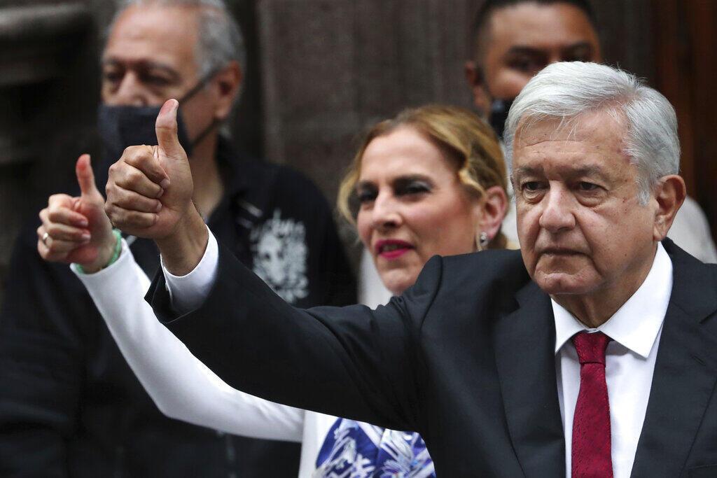 El presidente de México, Andrés Manuel López Obrador, levanta el pulgar tras votar en Ciudad de México, el domingo 6 de junio de 2021.