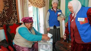Kyrgyzstan: Một cảnh bỏ phiếu bầu tổng thống trước thời hạn tại Ashan, vùng phụ cận Bichkek. Ảnh ngày 14/10/2017.
