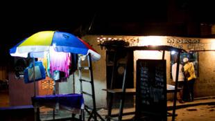 Kinshasa, en RDC, la nuit. La ville doit parfois faire face à des délestages électriques ou des coupures d'eau.