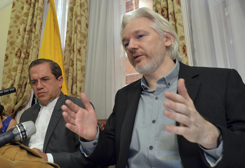 Julian Assange, al lado del canciller ecuatoriano, Ricardo Patiño (izquierda), durante la conferencia de prensa en la embajada de Ecuador en Londres, el 18 de agosto de 2014.