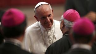 Papa Francisco durante encontro com bispos no Vaticano.