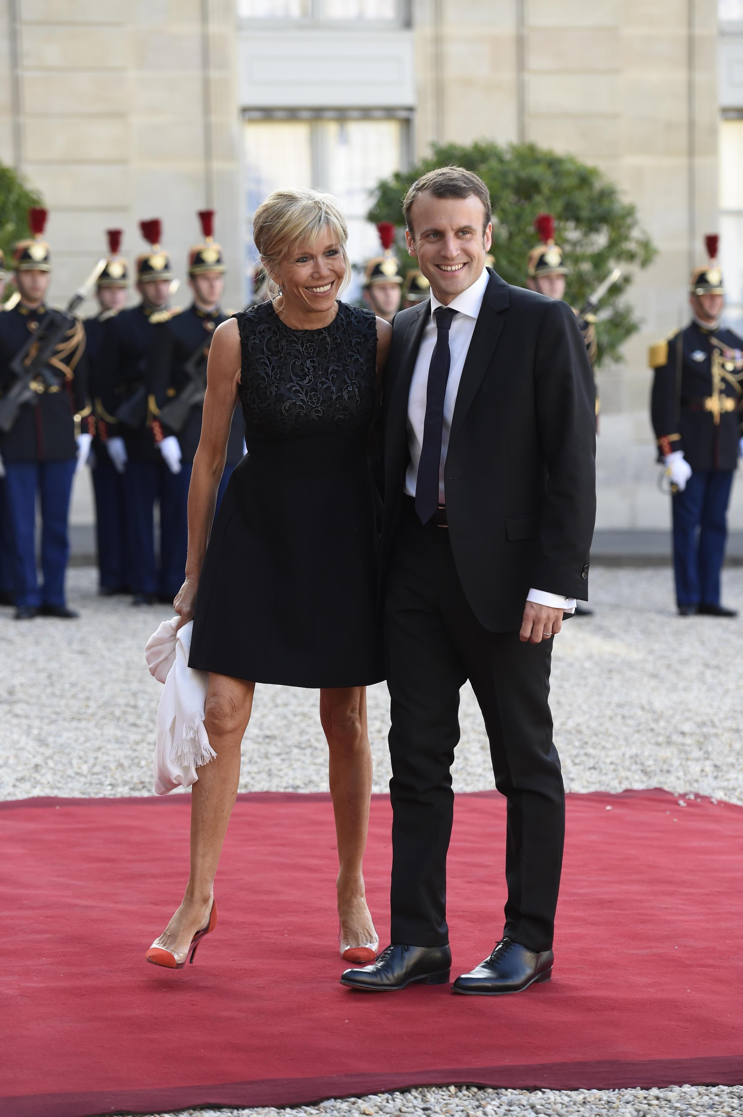 Бывший министр экономики Франции Эмманюэль Макрон женат на своей бывшей учительнице, старше его более чем на 20 лет.