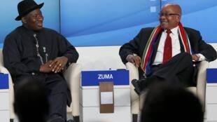 Rais wa Nigeria, Goodluck Jonthan akiwa na rais wa Afrika Kusini Jacob Zuma wakijadili mada kwenye mkutano wa kiuchumi unaofanyika mjini Davos