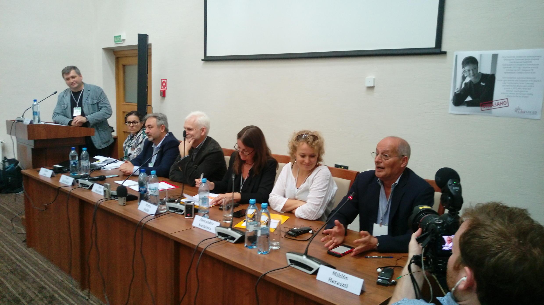 В Параллельном форуме гражданского общества приняли участие более ста представителей белорусских и зарубежных правозащитных организаций, делегаты ПА ОБСЕ, БДИПЧ и дипломаты.