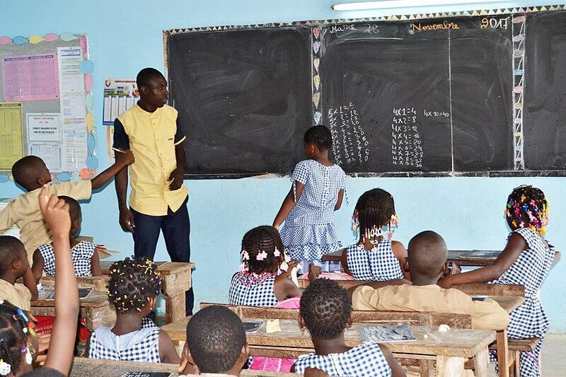Un instituteur et ses élèves dans une salle de classe de CE2 à Abidjan.