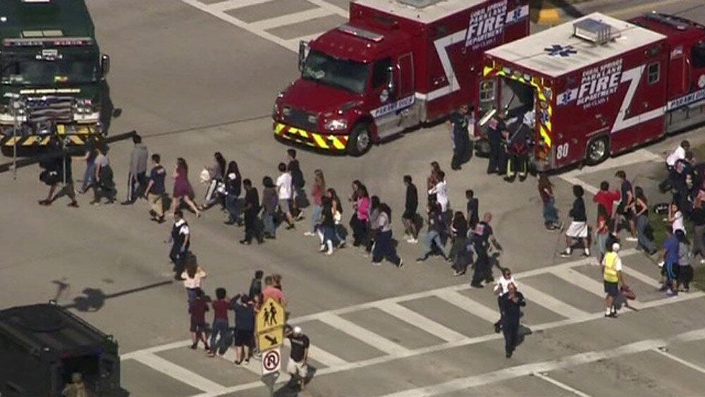 A  evacuação dos alunos do Liceu Marjory Stoneman Douglas de Parkland, uma localidade situada  à  cerca de  70 kms ao norte de Miami.14.02.2018