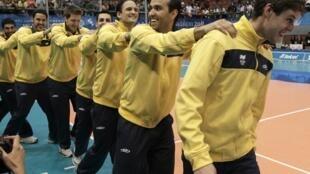 Seleção brasileira masculina de vôlei se prepara para a Copa do Japão, em Paris.