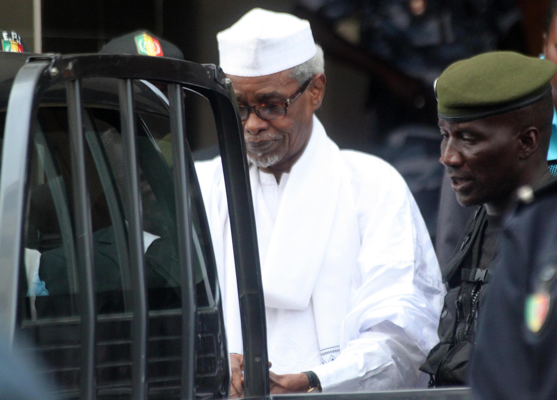 Hissène Habré akizungukwa na askari baada ya kusikilizwa mahakamani, Julai 2, 2013 huko Dakar.