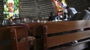 Un pèlerin endormi sur le banc d'une église de Rio de Janeiro au Brésil, le 21 juillet 2013.