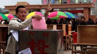 2012.年3月3日,廣東烏坎村民參加村委會選舉投票。
