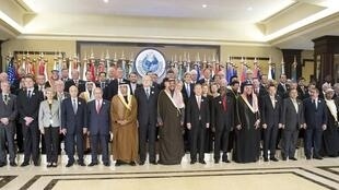 聯合國秘書長潘基文,美國國務卿克里以及科威特外長等在敘利亞捐助國際會議開幕式上,2014年1月15日。