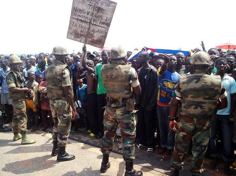 Des milliers de civils se sont réfugiés à l'aéroport international de Bangui, capitale de la RCA, pour protester contre les exactions des ex-rebelles de la Seleka, notamment dans le quartier de Boy-Rabé.
