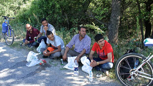 C'est l'heure de la pause pour ce groupe de migrants syriens. Avec les Afghans ou les Somaliens, ils sont des milliers ces dernières semaines sur les routes de Macédoine en direction de la frontière serbe.