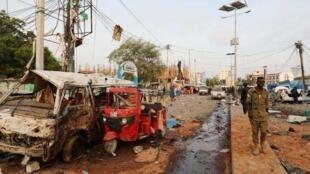 Agente de segurança junto de um dos locais das explosões em Mogadíscio, nesta sexta-feira 9 de Novembro