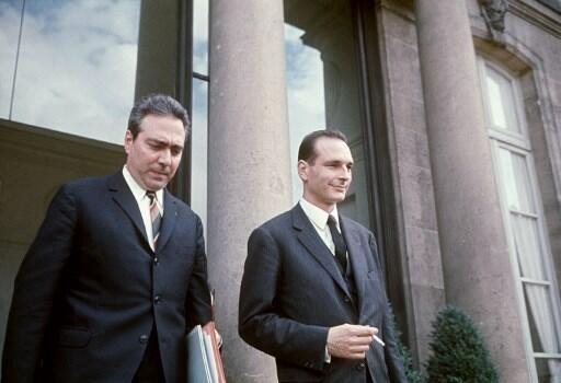 Jacques Chirac (à droite) à la sortie d'un Conseil des ministres, le 28 août 1969.
