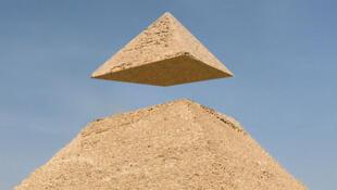 La pyramide est le symbole des Illuminati, une organisation secrète supposée agir dans l'ombre en contrôlant le monde au travers des gouvernements, des grandes multinationales et des artistes.