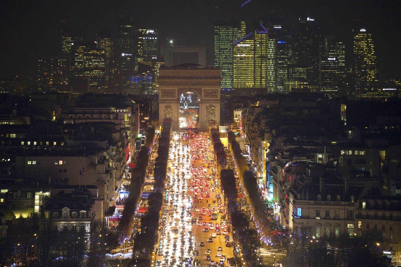 As festividades foram mantidas no Champs-Elysées, mas os restaurantes e hotéis nos arredores da avenida registraram queda nas reservas.