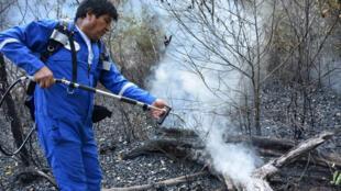 Evo Morales s'est rendu sur les lieux d'un incendie pour lutter contre le feu à Santa Rosa en Bolivie le 27 août 2019.