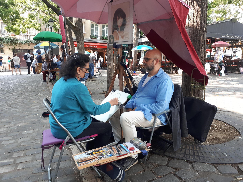 La argentina Natacha Carrillo trabaja como retratista en la Place du Tertre, desde hace 30 años.