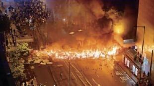 香港警方估计类此图中所示去年的街头抗争活动将因为国安法实施而大幅减少,因此将削减防暴警队人数三分之二。