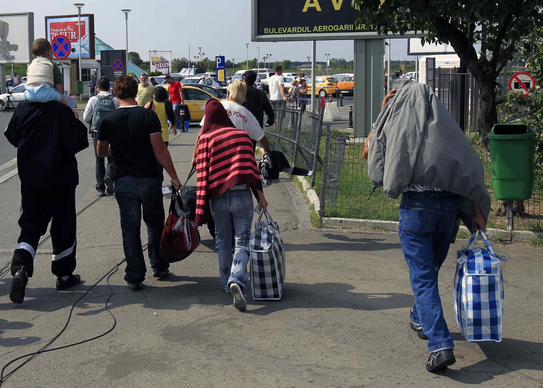 Família cigana expulsa da França chega a Bucareste, Romênia.