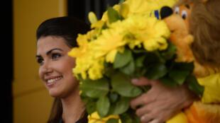 Le joli sourire des hotesses de la Grande Boucle fait lui aussi parti de la cérémonie de la remise du maillot jaune au vainqueur de l'étape.