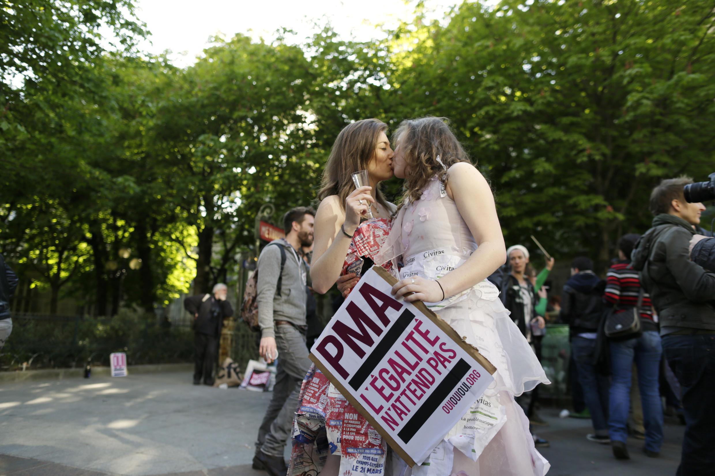 Un couple de femmes s'embrasse, lors d'une manifestation à Paris, en avril 2013, réclamant le droit à la PMA et à l'adoption pour les couples homosexuels. (Photo d'illustration)