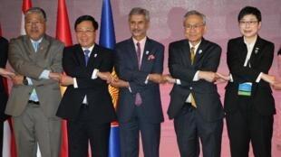 Ngoại trưởng Việt Nam, Phạm Bình Minh (thứ 2, bên trái) cùng các đồng nhiệm Ấn Độ, Thái Lan tại hội nghị ngoại trưởng ASEAN, Bangkok, ngày 01/08/2019.