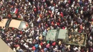 军事政变后,苏丹民众上街。