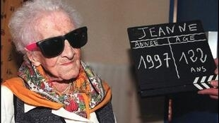 Jeanne Calment, the world's oldest woman, poses for photographers 20 February in Arles, southern France, a day prior her birthday. Calment will celebrate on Friday her 122nd birthday.