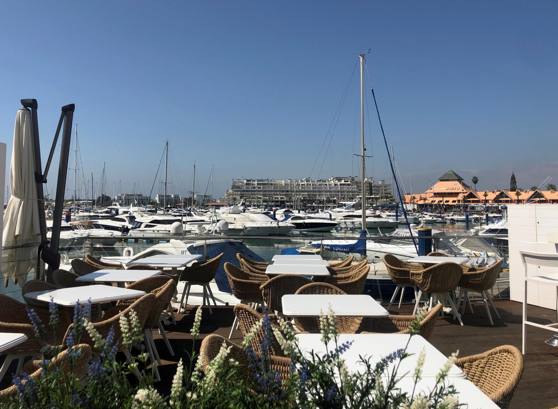 Terrasse vide à Vilamoura, station balnéaire située dans la région de l'Algarve, au sud du Portugal.