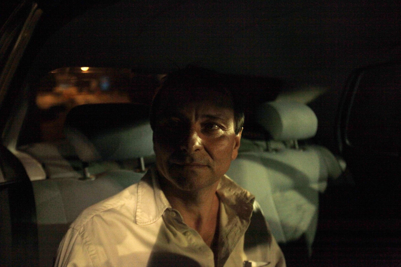 Cesare Battisti deixa a prisão de Papuda, em Brasília, na última noite.