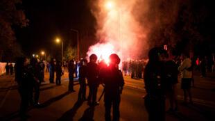 Cảnh sát bảo vệ một trại tạm cư của người tị nạn tại Heidenau khi xảy ra biểu tình theo lời kêu gọi của đảng cực hữu NPD ngày 21/08/2015.