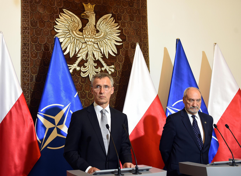Tổng thư ký NATO Jens Stoltenberg ( trái ) và bộ trưởng Quốc phòng Ba Lan Anoni Macierewicz ngày 31/05/2016 tại Vacxava.in Warsaw.