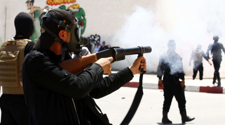 Un policier tire des gaz lacrymogènes pour disperser les salafistes réunis à Kairouan, le 19 mai 2013.