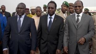 A lokacin da Dioncounda Traoré yake sauka daga filin saukar jirgi a Bamako tare da wakilan kasahen Afrika, Djibril Bassolé, na Burkina da Adama Bictogo, Cote d'iVoire
