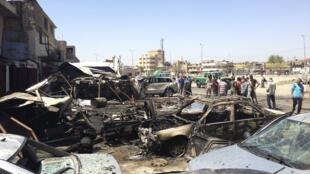 Des habitants inspectent les lieux d'un attentat à Hurriya, un quartier de Bagdad, la capitale irakienne, le 29 juillet 2013.
