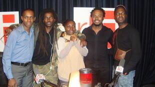 Claudy Siar, Kommandant Simi Ol, Annie-Flore Batchiellilys, Olivier Cheuwa et son guitariste